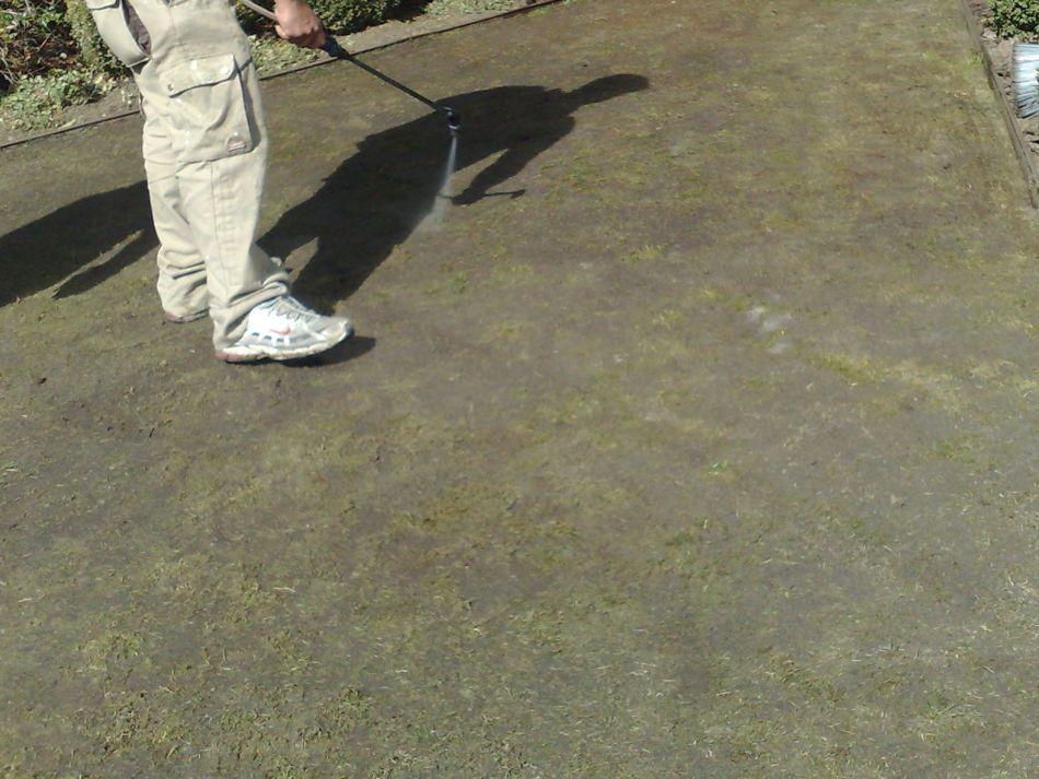 Aplicacion de Herbicida en la instalacion del cesped artificial - Cómo Instalar Césped Artificial en 12 pasos