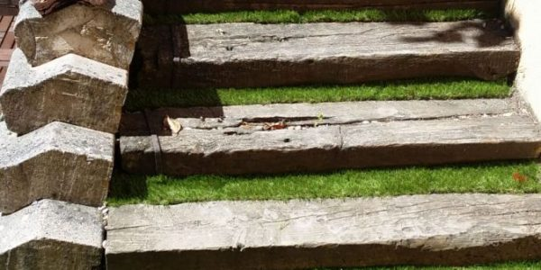 cesped artificial escaleras 2 600x300 - Donde comprar césped artificial