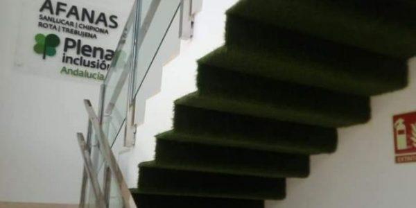 cesped artificial fachada interior 2 600x300 - Donde comprar césped artificial